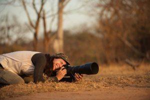 Fotograf schießtn in Tarnfarben gekleidet Fotos