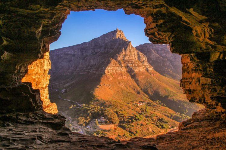 Wally´s Cave mit Ausblick auf den majestätischen Tafelberg - Foto von Nicholas Limbert aus Südafrika.