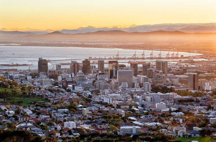 Die ersten Sonnenstrahlen in Kapstadt - Foto von Paul Zietsman aus Südafrika.