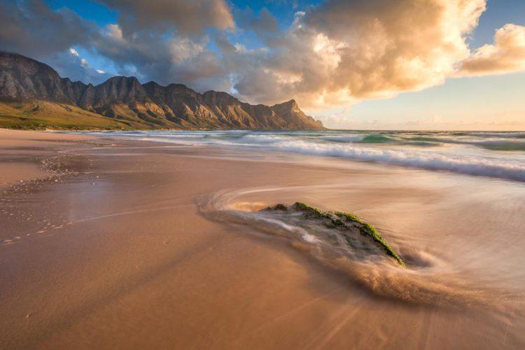Kagel Bay Beach kurz vor dem Sonnenuntergang - Foto von Bertus Hanekom aus Südafrika.