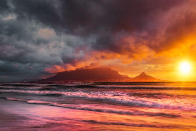 Sonnenuntergang über dem Tafelberg.
