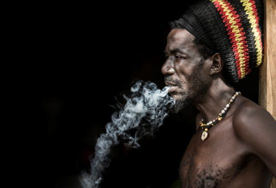 Mann in Namibia raucht